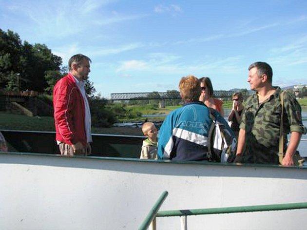 Majitel lodi Milan Helvig vysvětluje turistům, proč loď nemohla vyplout