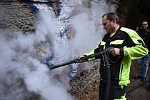 Ve Hřensku začali odstraňovat graffiti v Edmundově soutěsce.