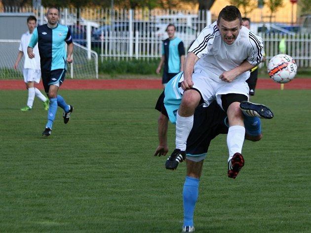 MODRÁ vyhrála v Kadani 5:1. V popředí je obránce Jiří Novák (v bílém).