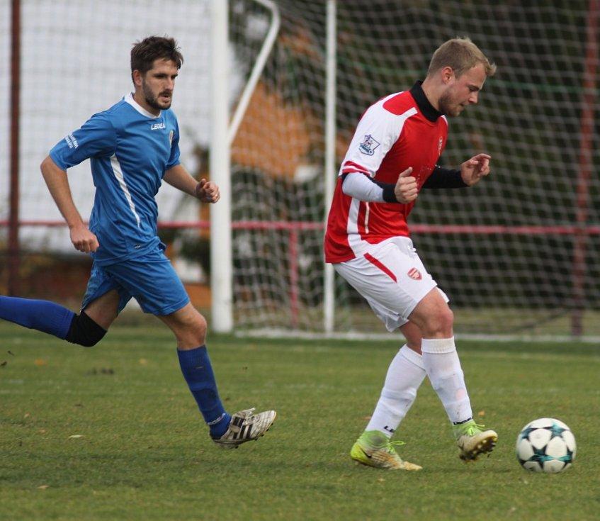 DERBY. Šluknov (v červeném) vyhrál v Jiříkově jasně 4:0.