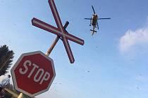 U nehody vlaku a auta v Horním Podluží zasahoval vrtulník.