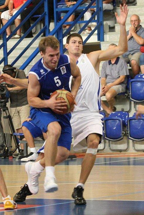 BRAVO! Česká basketbalová reprezentace (v bílém)  porazilo Slovenko.