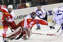 V SÉRII PROHRÁVAJÍ. Děčínští hokejisté (v bílém) prohráli ve třetím zápase na ledě Žďáru 2:6.