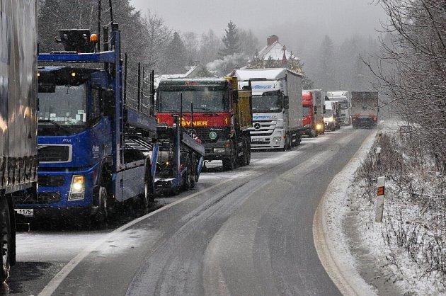 Sníh a námraza komplikují dopravu.