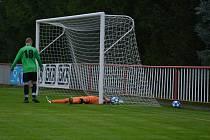 DERBY. Fotbalisté Modré (v modrých dresech) doma porazili 3:1 Vilémov.