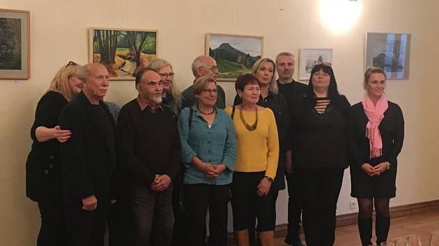 Umělci v galerii Pivovaru vystaví své obrazy.
