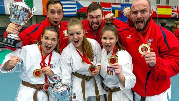 PARÁDNÍ ÚSPĚCH. Český reprezentant a člen klubu Sport Relax Děčín Adam Zdobinský (vpravo) slaví zlatou medaili na Mistrovství Evropy JKA, které se konalo v nizozemském Sittardu.