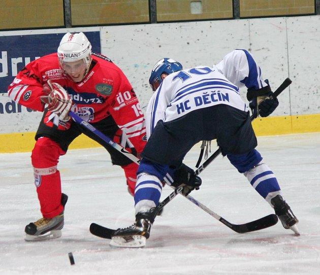 BRAVO! Děčínští hokejisté (v bílém) vyhráli 6:4 v Klatovech.