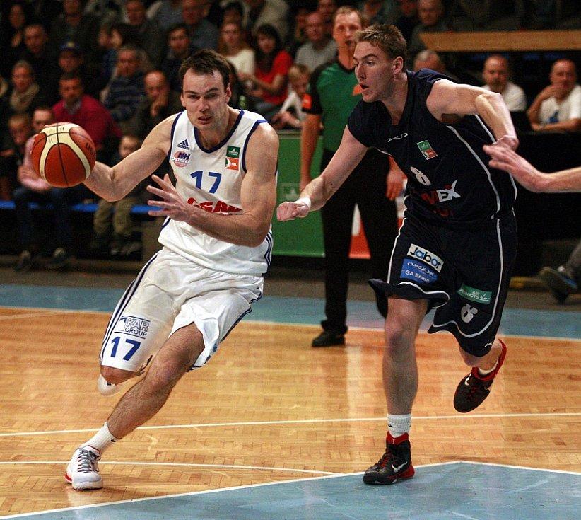 SÉRIE POKRAČUJE. Děčínští basketbalisté (v tmavém) vyhráli v Ostravě 67:56.