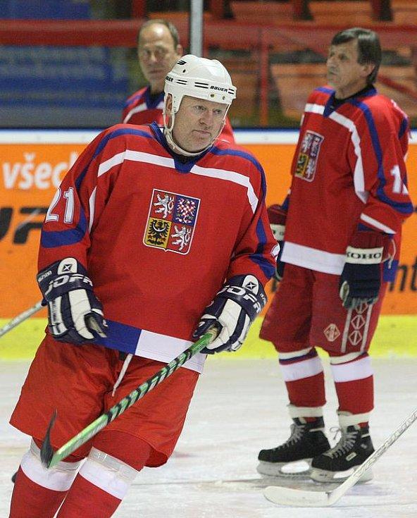 Dobročinné utkání mezi týmy Veteránů ČR a Olympem Praha se odehrálo na děčínském zimním stadionu ve středu v podvečer