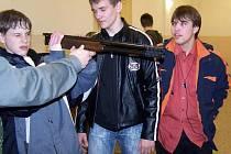 Děti otestovaly zbraně i motorovou pilu