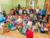 Děti z MŠ Moskevská darovaly zvířatům z útulku pytle granulí i hračky.