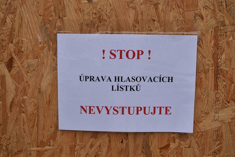 Volby drive-in v Děčíně.