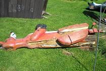 Dětské hřiště v Kytlicích bylo vyhlášené. Dřevěné sochy zvířat a pohádkových bytostí vyřezal kytlický umělec Ivo Švejnoha.