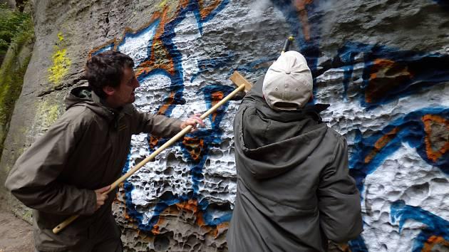 Vandal poničil skálu v Edmundově soutěsce.