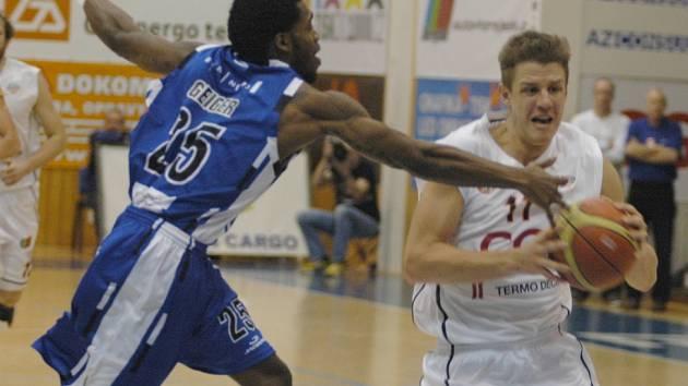 UKONČILI SÉRII PORÁŽEK. Basketbalisté Děčína (v bílém) porazili ve 30. kole MNBL Brno 86:77.
