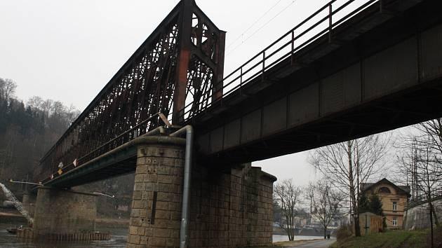 Železniční most na Labi v Děčíně.