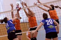 DERBY. Volejbalistky Rumburku (oranžové dresy) doma bojovaly s děčínským Spartakem.