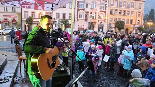 Děčín Song 3 Tomáše Kettnera přilákal na Masarykovo náměstí několik stovek lidí.