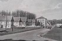 Poklidná lipovská ulice v dobách první republiky.