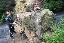 V katastru  Zadní Doubice odstranila v pátek skalní četa objemný balvan.