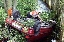 Auto u Mikulášovic skončilo v potoce.