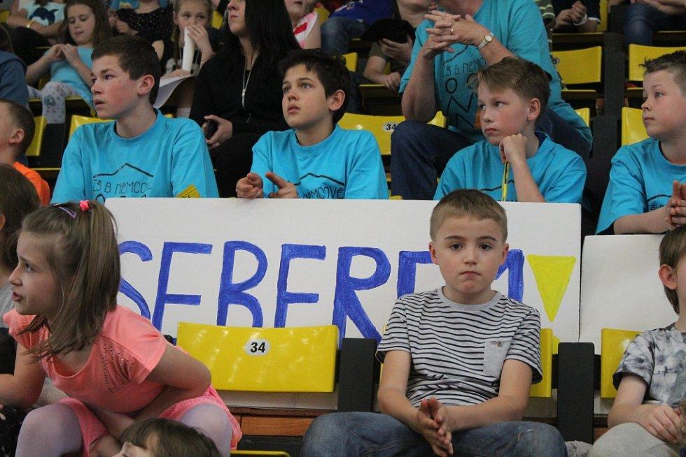 DĚČÍNŠTÍ mladíci ze ZŠ Komenského (v bílém) nestačili na vrstevníky z opavské ZŠ.