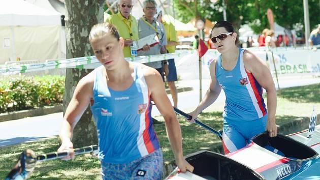 JEŠTĚ NA TO MAJÍ. Děčínská Lenka Hrochová (vpravo) s Annou Kožíškovou braly na MS sedmé místo.