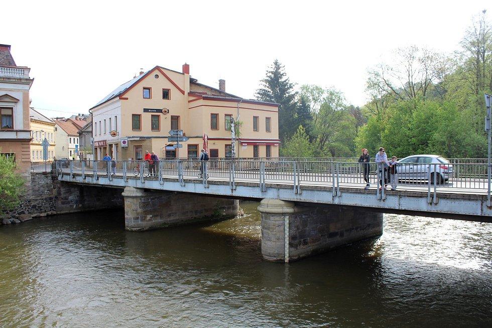 Stavba provizorní lávky v Benešově nad Ploučnicí.