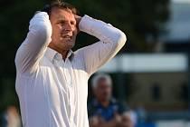 ROMAN SKUHRAVÝ, trenér Varnsdorfu, zatím v nové sezóně moc důvodů k radosti neměl. Takto se chytal za hlavu v remízovém utkání proti Ústí, kdy jeho svěřenci ztratili dvoubrankový náskok.