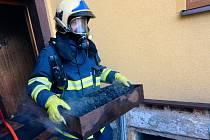 Hasiči si museli poradit s požárem kotle ve sklepě.