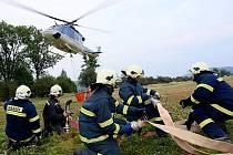Do nepřístupného terénu museli hasiči povalt vrtulník