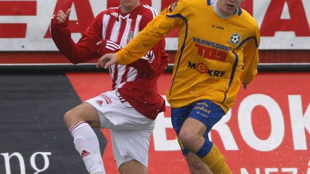KRÁSNÁ PRÁCE. Varnsdorf (ve žlutém) vyhrál 2:0 na Žižkově.
