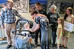 Zatímco Zdeněk Matys z Nejdku měl již svůj nový neurostimulátor za 113 145 korun připnutý na své pravé ruce, dvouletý Vládík z Liberce si musí ještě chvíli na nový (dvou)kočárek, v němž se bude vozit společně s narozeným sourozencem, počkat.