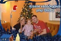 MICHAL OLIVERIUS na vánoční fotce s manželkou a dcerou.
