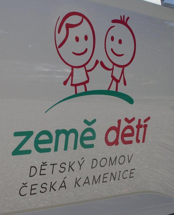 NOVÉ AUTO si osobně převzala ředitelka českokamenického dětského domova Iva Hřídelová.