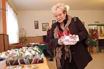 V jídelně Domova pro seniory v Kamenické ulici v Děčíně se v pátek uskutečnila Vánoční prodejní výstava výrobků, které vytvořili klienti Domova.