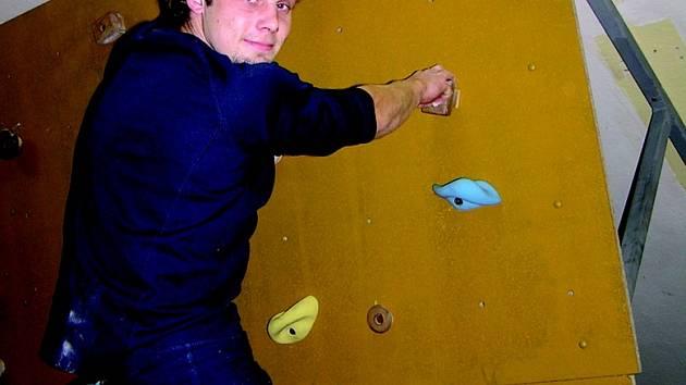 Do nedávna museli benešovští horolezci za tréninkem vyjíždět do jiných měst. U nás něco takového chybělo. Nejbližší stěna je v děčínské Besedě. Na snímku je při tréninku Jaroslav Boucký