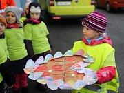 Děti ze školky Na Kopečku ve Varnsdorfu věnovaly záchranářům srdce.