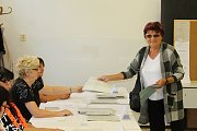 Úderem 14. hodiny přišli hlasovat první voliči i do místnosti ve střední škole v Ruské ulici v Děčíně.
