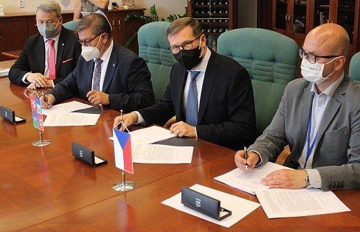 Smlouvy byly podepsány v průběhu zasedání Zastupitelstva Ústeckého kraje.