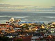 Pohled na průliv Magallanes přes střechy budov v Punta Arenas.