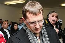 Odvolání ve věci, kdy na 6,5 roku poslal Okresní soud v Lounech do vězení 41letého Petra Hinterholzingera z Chomutova. Uznal ho vinným, že způsobil loni v únoru 2008) tragickou dopravní nehodu u Panenského Týnce.