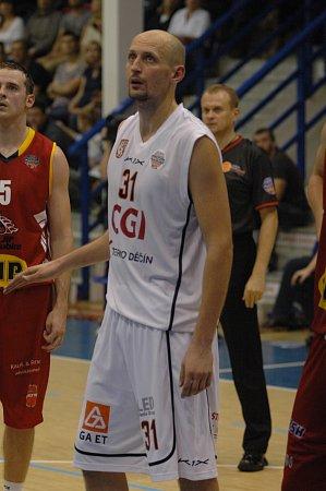 PARÁDA! Děčínští basketbalisté (vbílém) vprvním kole Matonni NBL doma porazili Pardubice 80:67.