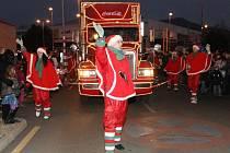 Vánoční kamion v Děčíně oblehly stovky rodičů s dětmi.