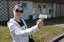 Na vlastní kůži jsme si vyzkoušeli v jakém stavu jsou veřejné záchodky v Děčíně. Redaktorka Andrea Horáková před veřejnými záchodky v Maroldově ulici.