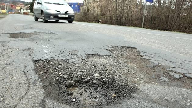 Na špatném stavu vozovek v Děčíně se podepsala zima