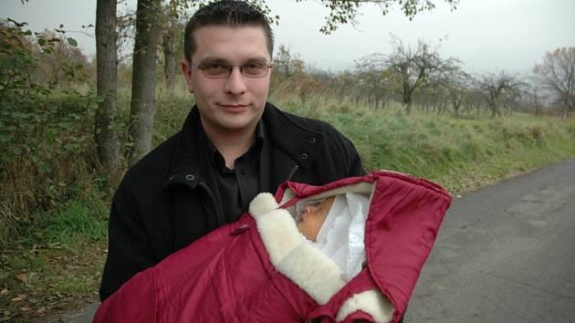 Přítel zemřelé rodičky Lukáš Podmanický se synem Adamem.