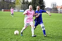 STARÁ GARDA Plastonu Šluknov (v modrém) v patnáctém kole prohrála doma s MSK Benešov nad Ploučnicí 2:4. Plaston je na šestém místě, Benešov o bod na sedmé příčce.