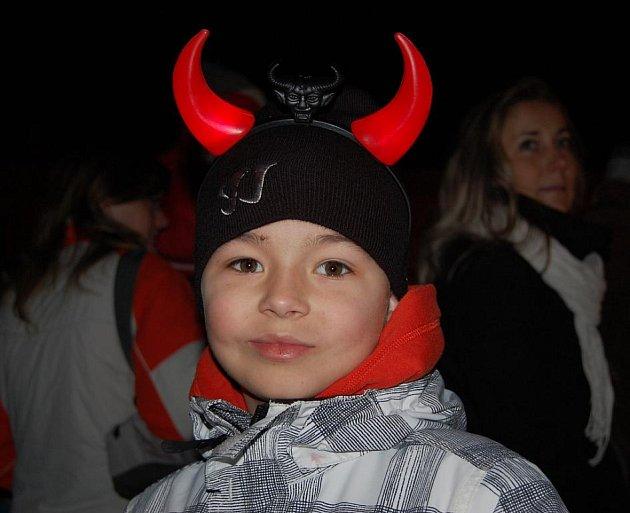 STROM. Za odpočítávání stovek lidí, mezi nimiž nechyběli ani malí čerti, rozsvítil děčínský primátor Vladislav Raška včera v podvečer vánoční strom v Děčíně na Masarykově náměstí.